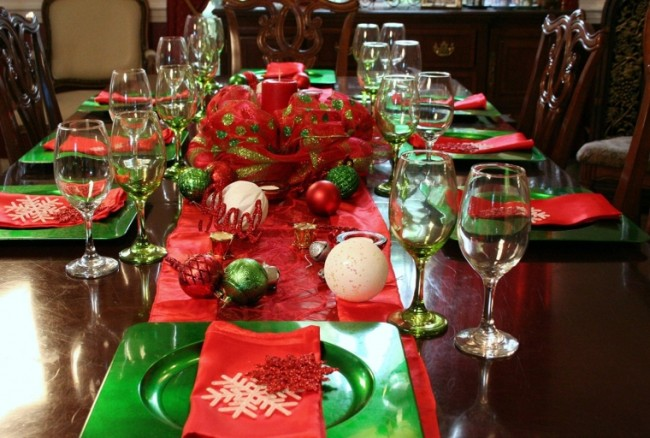Christmas Holiday Table Top in a Box, Chargers, Glasses, Tablerunner, Centerpiece Complete Setting for 8